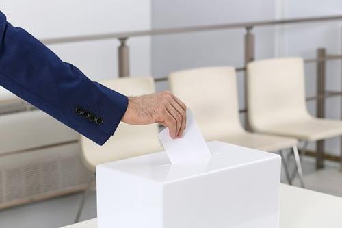 main homme vote urne