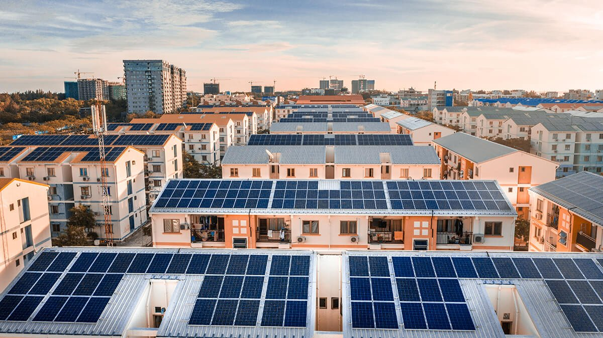 panneaux solaires sur toiture d'un immeuble